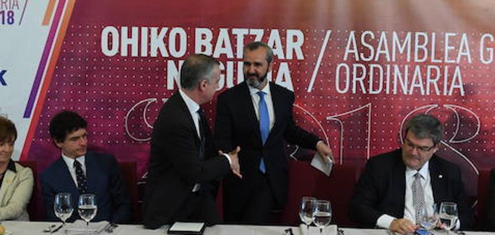 El lehendakari pide acabar con el tradicional enfrentamiento entre patronal y sindicatos