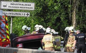 Dos heridos al volcar en la bajada de Santo Domingo a Derio