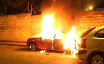 Arde un coche estacionado en Barakaldo