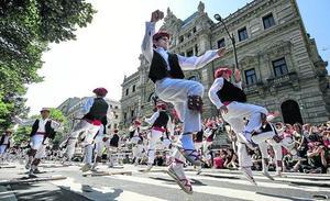 3.500 dantzaris bailan en la Gran Vía