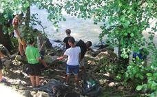 «¿Cómo puede echar la gente al río un colchón y parachoques ?