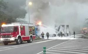 Espectacular incendio de un camión en Gipuzkoa