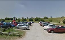 Roban más de 900 euros y varios móviles del interior de coches aparcados en la playa de La Salvaje