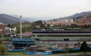 Sidenor inicia el arreglo de su perímetro para evitar la caída de escorias al paseo de ribera