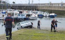 Un coche cae al agua en Arriluze cuando remolcaba una lancha del muelle
