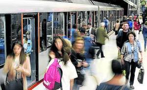 El metro atribuye a causas fortuitas que un niño de 7 años quedara atrapado por una puerta