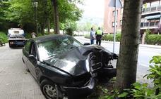 Dos jóvenes heridos tras empotrar su coche contra un árbol en Otxarkoaga