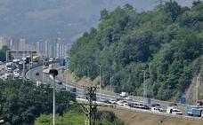 Un accidente con tres heridos en Rontegi ha provocado hasta tres kilómetros de retenciones