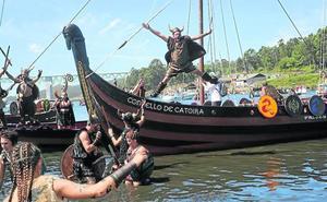 La leyenda de Jaun Zuria atraca en Mundaka con una representación popular