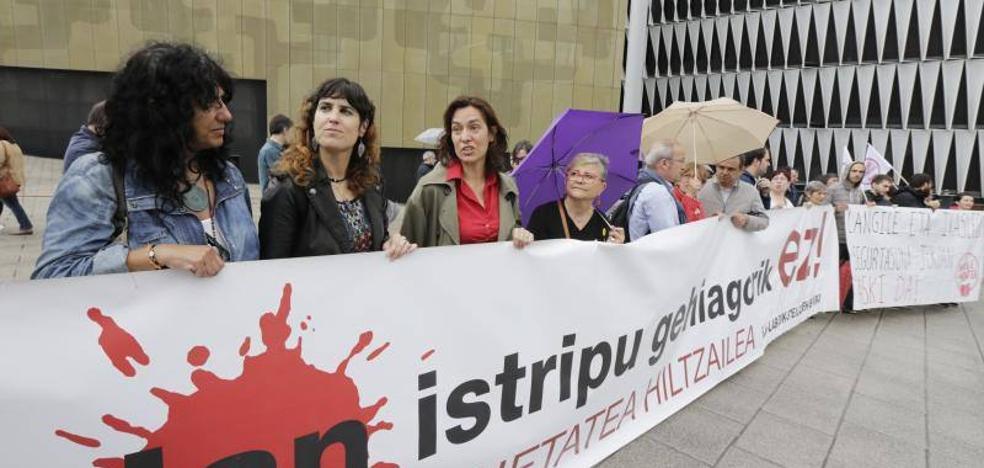 Trabajadores de la UPV protestan por el accidente que dejó en coma a una auxiliar del centro