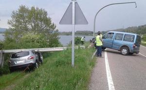 Una conductora choca contra un poste telefónico, que cae sobre un coche radar de la DGT en Reinosa