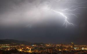 Fuerte tormenta en Bizkaia: esta noche han caído 527 rayos