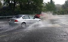 El temporal deja lluvias cortas e intensas, granizo y balsas de agua en la carretera