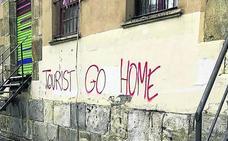 Calles del Casco Viejo amanecen con pintadas contra el turismo en Bilbao