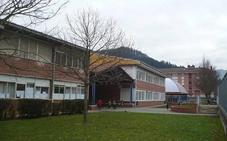 Orozko arreglará la cubierta de la escuela y cambiará la climatizadora de la piscina