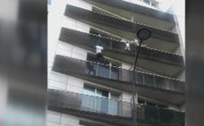 El héroe de París: un joven sin papeles trepa 4 pisos para rescatar a un niño