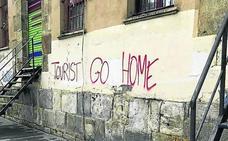 Aburto condena las pintadas contra el turismo aparecidas en Bilbao