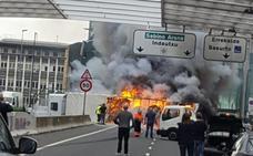 Las espectaculares imágenes del camión ardiendo en San Mamés