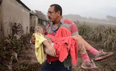 La tierra se abre en Guatemala: «Hay personas enterradas, la lava se nos venía encima»