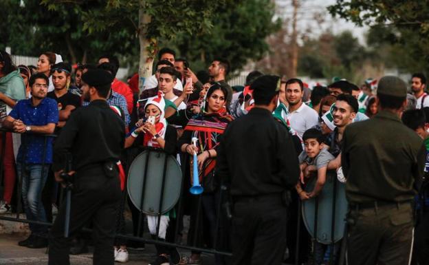 Mujeres pudieron ver Irán-España en público en estadio de Teherán