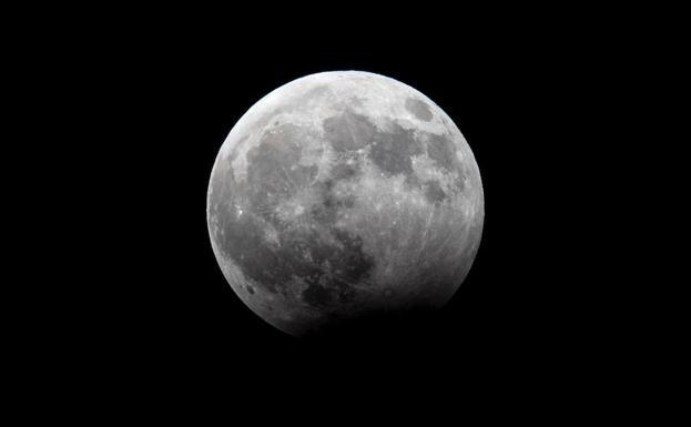 Confirman la existencia de hielo en la superficie de la Luna