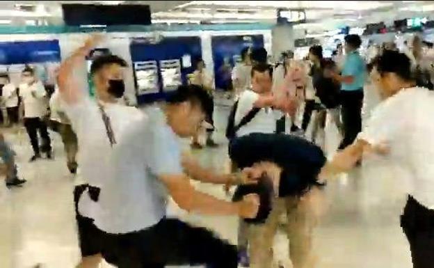 Nehmen Sie ein Video auf, das den Angriff auf Demonstranten in der U-Bahn von Hongkong zeigt.