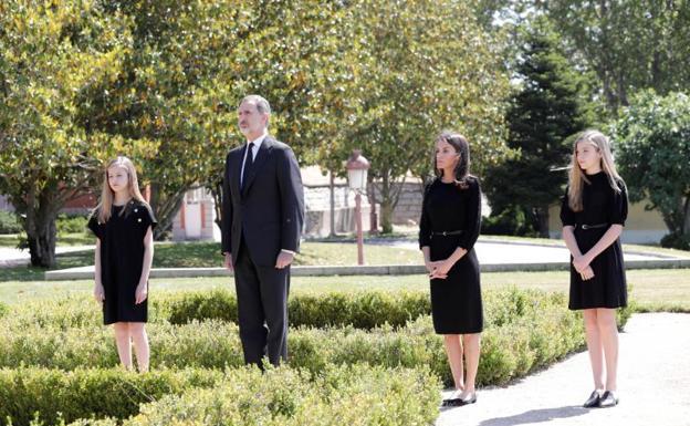 Los reyes y sus hijas guardan un minuto de silencio — Reina Letizia