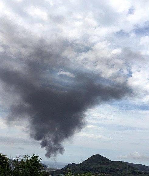 Un fallo eléctrico provoca una gran humareda y una parada de emergencia en Petronor