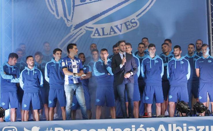 Presentación oficial del Alavés en la plaza de Los Fueros en Vitoria