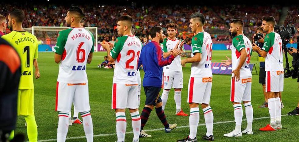 El Alavés hace el pasillo al Barcelona, como campeón de la Supercopa