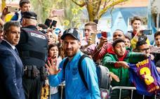 Aficionados culés reciben al Barça en su hotel de Vitoria