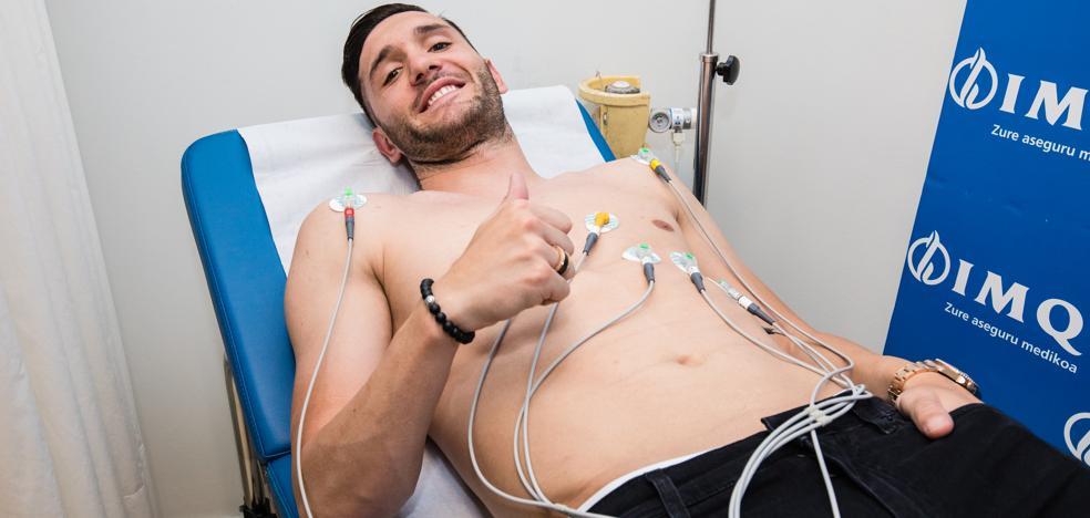 Lucas Pérez pasa el reconocimiento médico con el Alavés