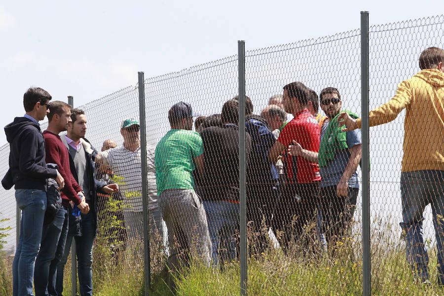 El director deportivo del Alavés se enfrenta a dos socios en la ciudad deportiva de Ibaia