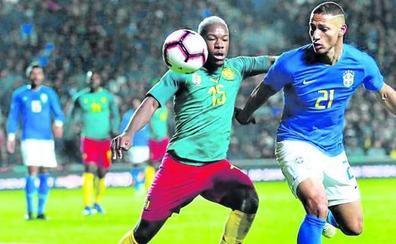 El Alavés confirma el fichaje del centrocampista camerunés Fuchs