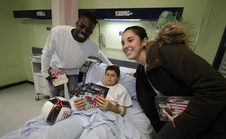 Fotos: La visita de los jugadores del Athletic a los niños de los hospitales de Basurto y Cruces por Navidad 2017/2018 en imágenes
