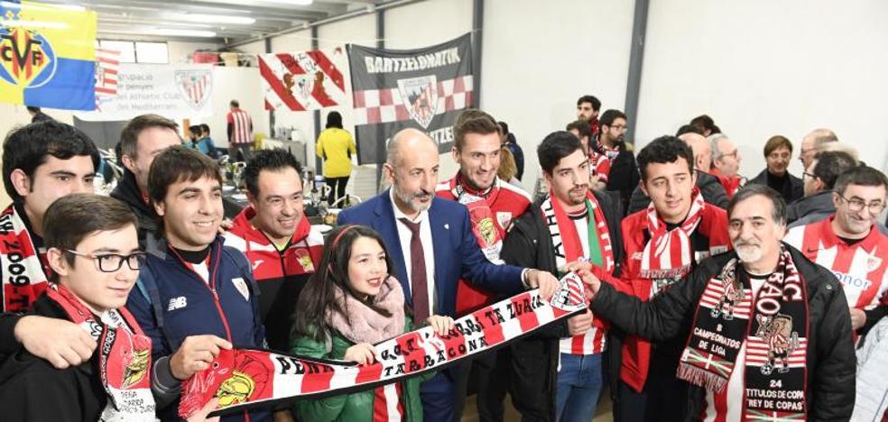 Elizegi visita a los peñistas del Athletic en Villarreal