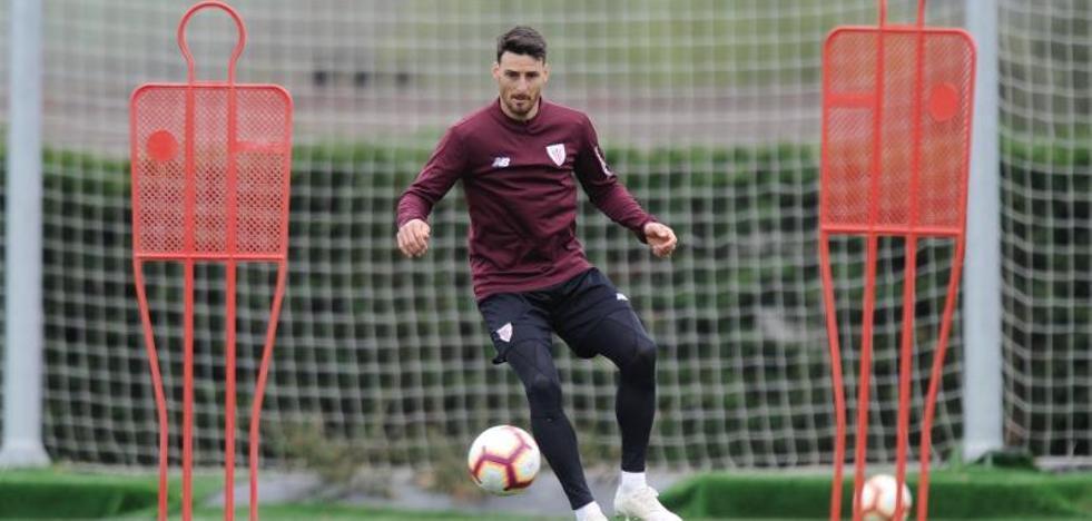 Aduriz ensaya el gol en Lezama