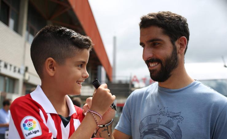 Los jugadores del Athletic entrenan y firman autógrafos en Lezama