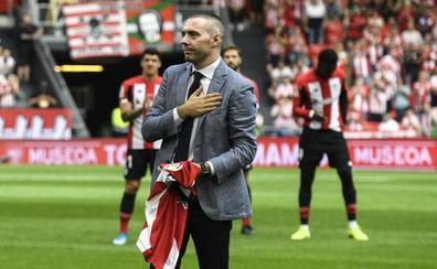 San Mamés ovaciona a Javi Salgado tras el saque de honor en el Athletic-Valencia