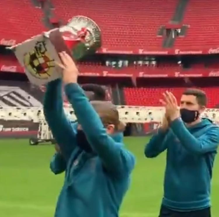El Athletic ofrece la Supercopa a la afición en un San Mamés vacío