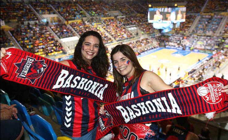 La afición baskonista vibra con su equipo en la Copa