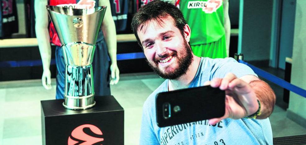 Las baskonistas se retratan con el trofeo de la Final Four