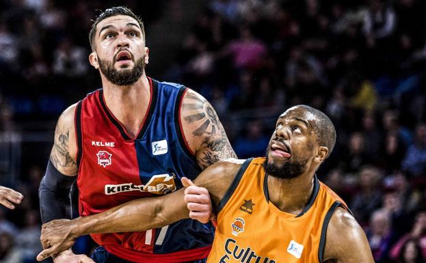 Vincent Poirier forcejea con Will Thomas, del Valencia Basket.