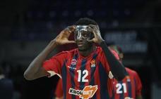 Diop, con máscara protectora tras sufrir una fractura nasal