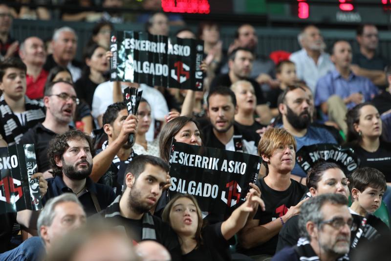 El Bilbao Basket retira el dorsal 14 de Javi Salgado entre el atronador aplauso de la afición