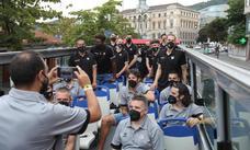 Los hombres de negro visitan Bilbao desde el bus turístico