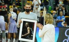 El Surne Bilbao Basket homenajea a su guerrero Axel Hervelle