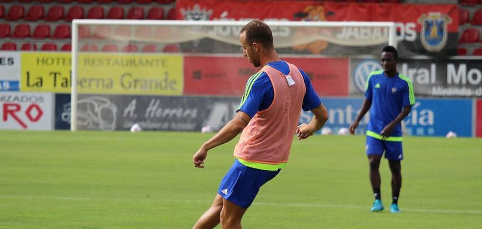 El central vizcaíno Odei Onaindia firma por una temporada y ya entrena con el Mirandés