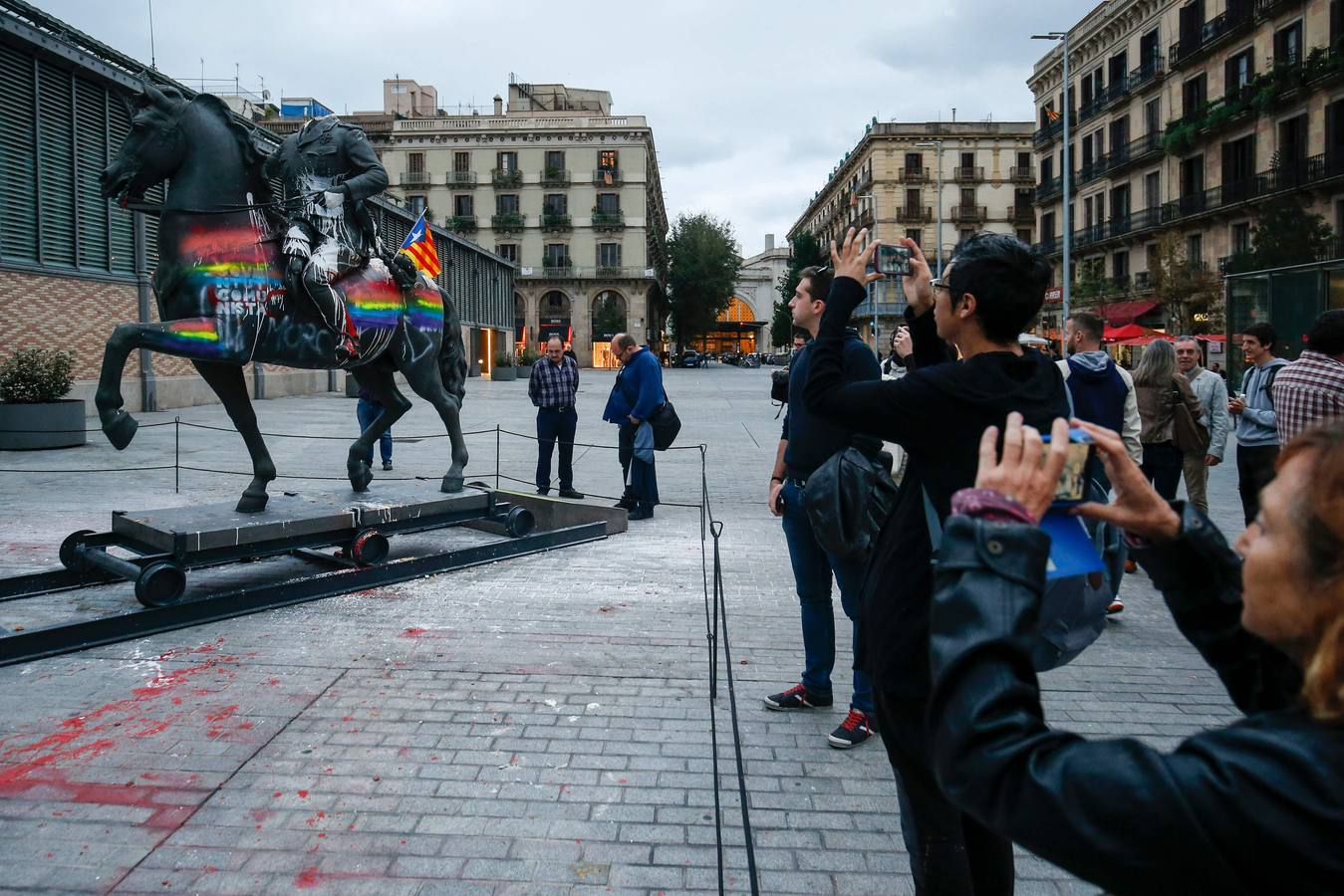 Tumban la estatua de Franco decapitado exhibida en el Born