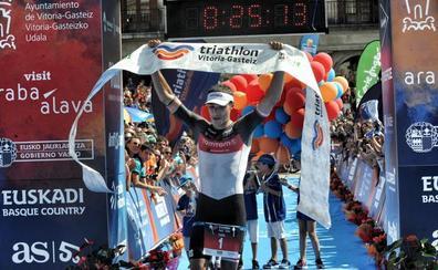 Iván Álvarez se corona como el rey de la larga distancia en el Triathlon Vitoria